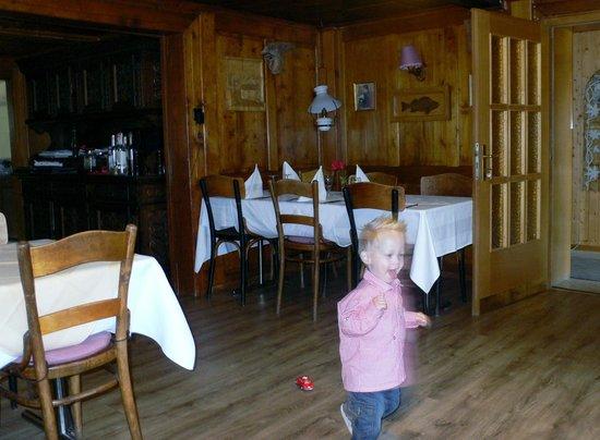 Monte Rosa : Renovierter, atmosphärischer Speisesaal mit genügend Platz für alle :)