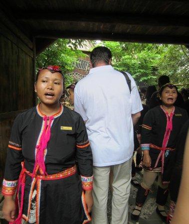 Wuzhishan Li and Miao Customs Tourism Village: Встреча туристов