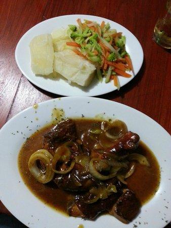 Miss Ediths's Restaurant : Jerked Chicken mit Yucca und Gemüse