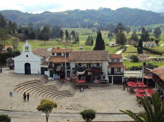 Paipa, Colombia: Iglesia de la época pequeña plaza