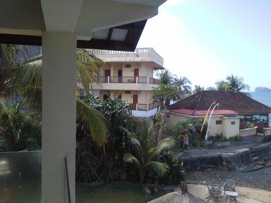 Bali Palms Resort: All unpainted and needs repair