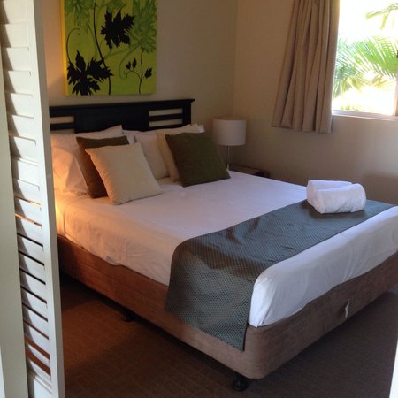 Airlie Central Apartments: Our Bedroom! Super comfy bed, nice lush pillows and soft luxurious sheets!
