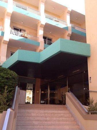 Club Riza Aparthotel: Front of Club Riza, has a few steps