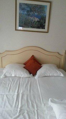 Hotel Carlton's: Просторная кровать