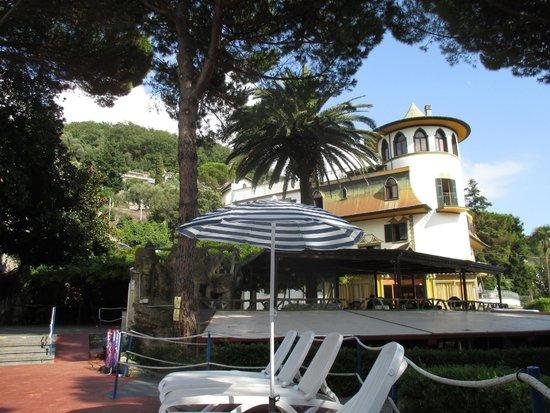 Residence Hotel Moneglia: vista dell'hotel dalla piscina