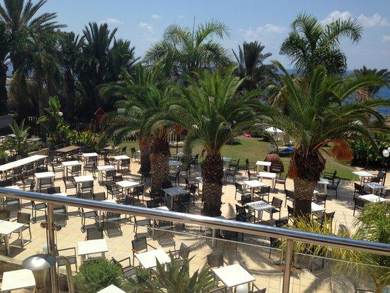 Queen's Bay Hotel : Outdoor dining