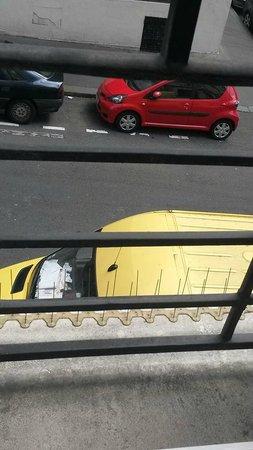 Hotel Carlton's : Вид из окна на улицу