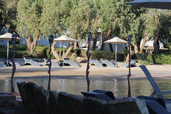 Minos Beach Art hotel: Small sandy beach