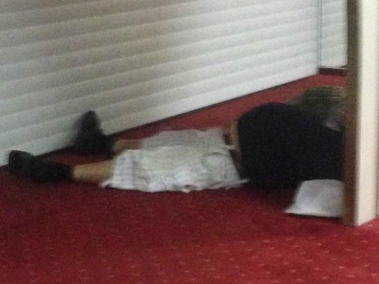 Бар, Черногория: Hundreds of people sleeping all over the floors...cleaner than the beds!