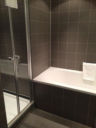 WestCord Art Hotel Amsterdam: Il bagno con vasca e doccia!!