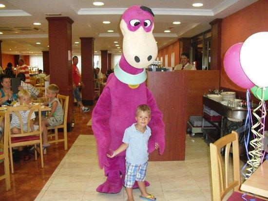 Sol Pelícanos Ocas: Dino feierte mit uns beim Abensessen den 4. Geburtstag unseres Sohnes. Kann man mit buchen vor O