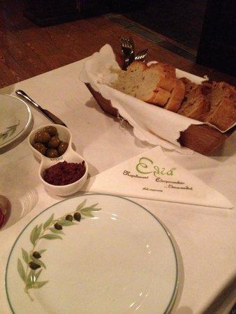 Elia: Antipasto della casa offerto all'arrivo. Olive e paté di olive
