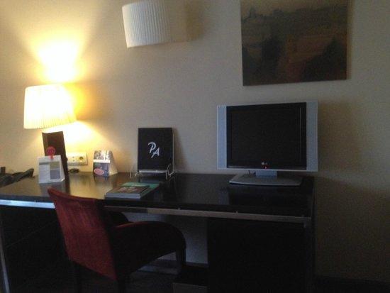 Hotel Paseo del Arte: mesa con TV