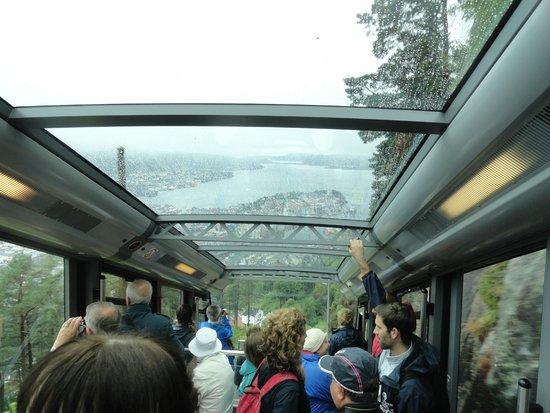 Mount Floyen and the Funicular (Floibanen): da dentro una carrozza
