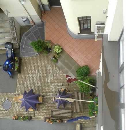 Hotel Edvards: дворик, вид из окна