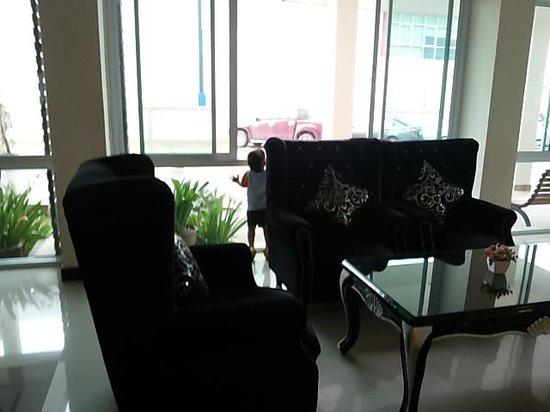 The Rich Residence : โซฟาสีดำ เรียกยุงได้เยอะเลยค่ะ ตกเย็นนั่งไม่ได้เลย