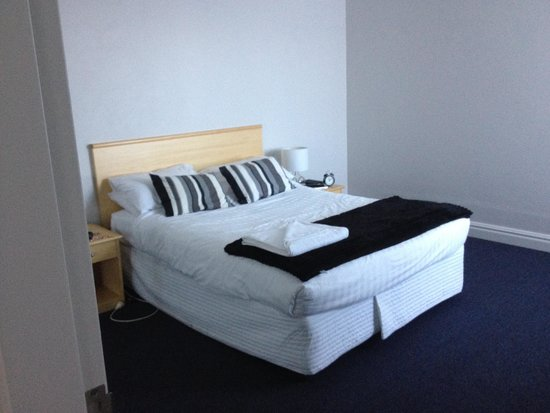 AeA Sydney Airport Serviced Apartments: Our bedroom. Heaps of hanging space.