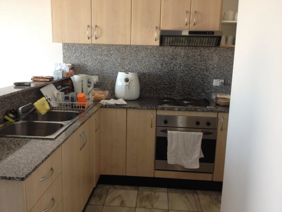 AeA Sydney Airport Serviced Apartments: Fully equipped & clean kitchen. (Our dry fryer)