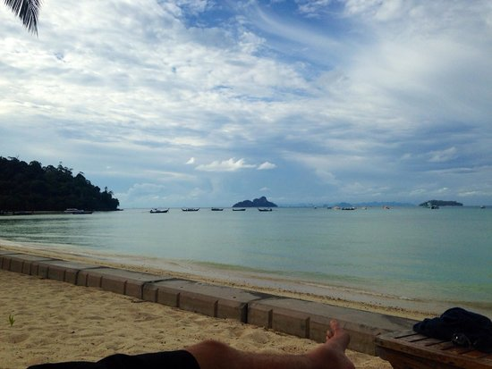 Phi Phi Island Village Beach Resort : Relaxing on the beach