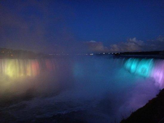 Niagara Falls: Must see at night!