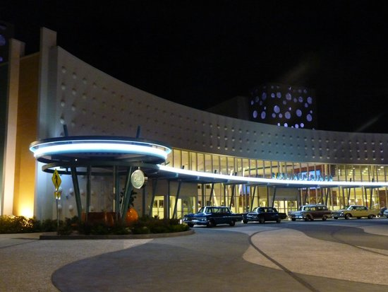 Universal's Cabana Bay Beach Resort: Retro Cars by night!