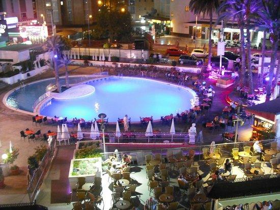 Hotel Marina Resort Benidorm : Pool at night