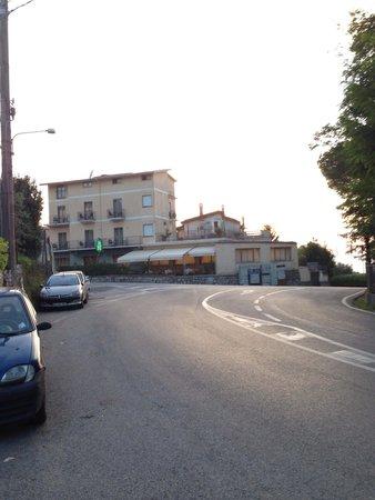 Hotel La Pergoletta: L'albergo dalla fermata della Sita per Positano