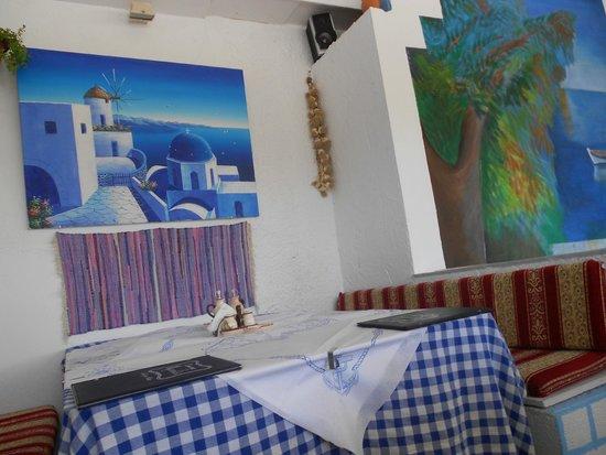 Taverna Manolis: pareti del ristorante in stile greco