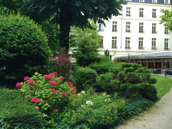 Grand Hotel La Cloche Dijon - MGallery Collection : Hotel gardens