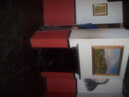 Doagh Famine Village : Escape behind the fireplace in the Peace Talk house