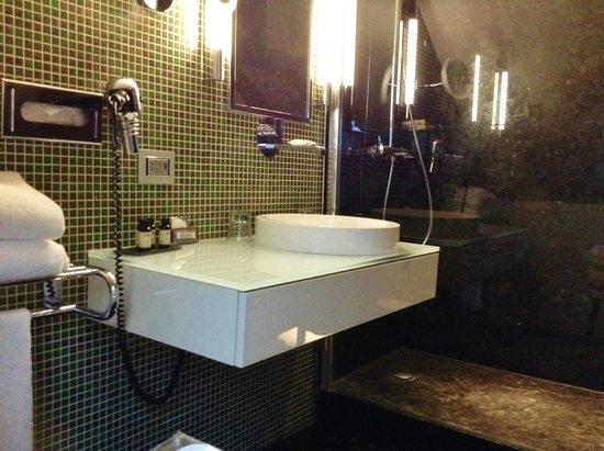 Grand Hotel La Cloche Dijon - MGallery Collection : Ultr modern bathroom