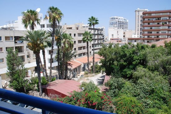 Atrium Zenon Hotel Apartments: вид из окна на парковку