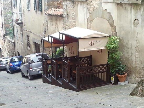 La Bucaccia: I tavoli all'aperto