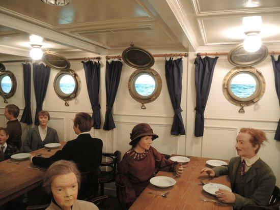 """Deutsches Auswandererhaus: Im Speisesaal der """"besseren"""" Klasse an Bord"""