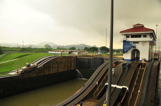 Miraflores Visitor Center: Вид на шлюз с Тизого океана