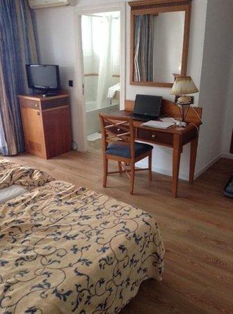 Araxa Hotel: Habitación doble de uso individual (portátil no incluido :P)