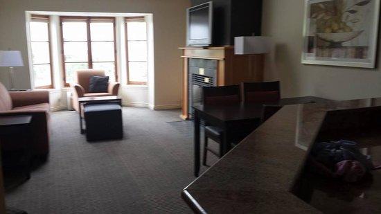 Homewood Suites Mont-Tremblant : Salon, salle à manger