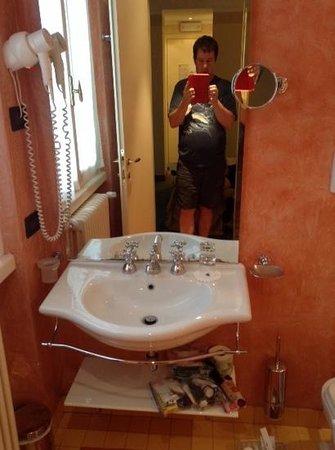 Hotel Sirmione: bathroom