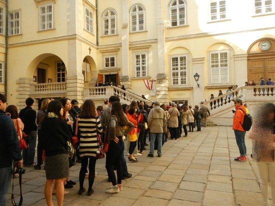 Die Burgkapelle: 立見席を求めての行列・・。