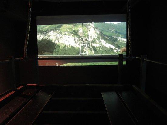 Klimahaus: Mit der Seilbahn-Lore hinunter ins Tal - in der Schweiz