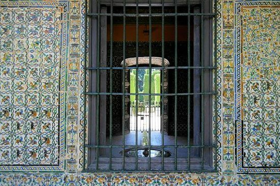 Real Alcázar: Azulejos - Typical patio in the Alcazar Garden