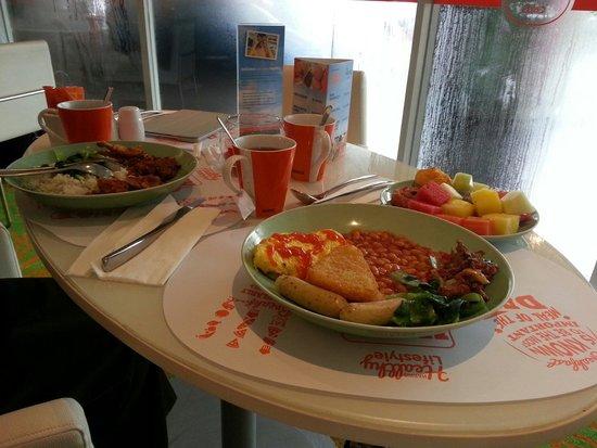 HARRIS Hotel & Conventions Kelapa Gading Jakarta : Breakfast with my wife. ..