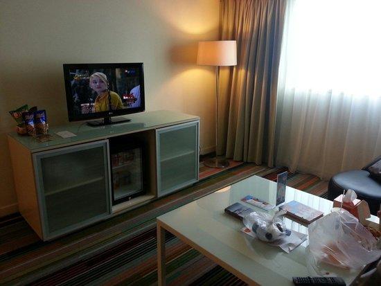 HARRIS Hotel & Conventions Kelapa Gading Jakarta : Living room...