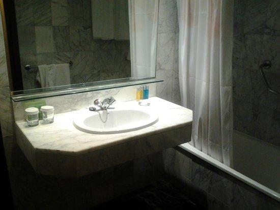 Expo Hotel Barcelona: Baño