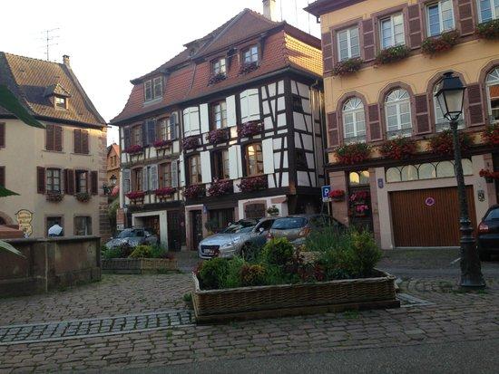 Hôtel-Restaurant du Mouton: torget utanför hotellet