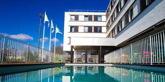 Holiday Inn Express Dijon : piscine exterieure