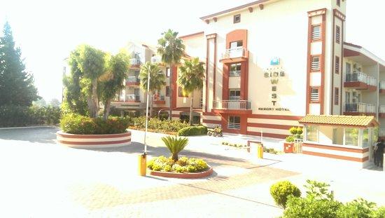 Side West Resort: entrance