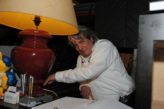 La Grotte: Ciro Aiello le patron .....il es partout et ici il est au telephone avec sa mamma qu'il adore!!!