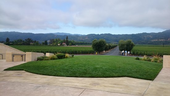 Opus One Winery : 建物前から