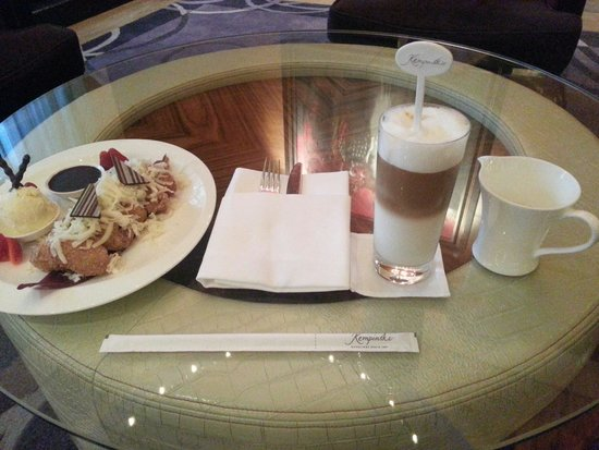 Hotel Indonesia Kempinski: Nyantai di executive lounge. .